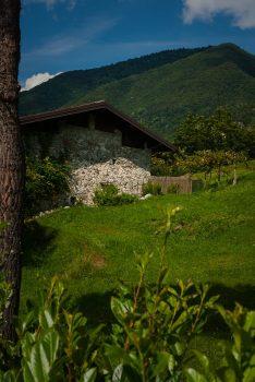 Die Bild zeigt einen Ausschnitt von Vesta am Idrosee. Vesta ist die letzte Ortschaft der Gemeinde Idro am östlichen Ufer vom Idrosee.